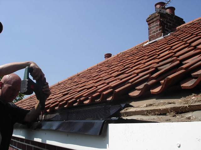Step 4 | Eaves Protection System installation during roofline installation process